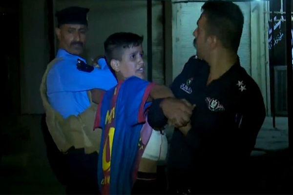 لحظة القبض على الطفل الانتحاري بقميص برشلونة وبرقم ميسي