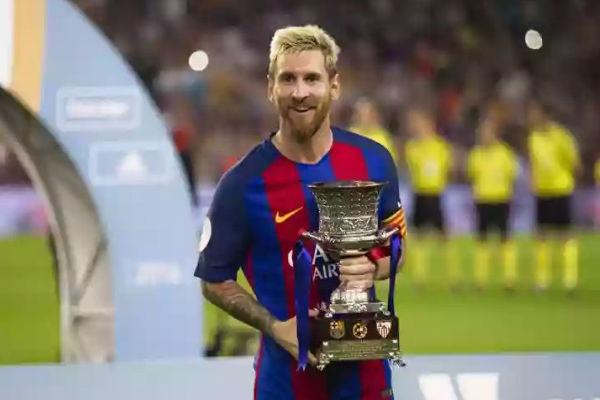 ميسي مع كأس السوبر الإسبانية