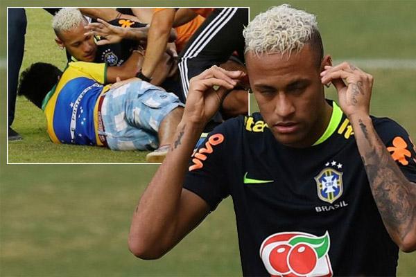 مشجع يقتحم تدريبات البرازيل ويُسقط نيمار أرضاً