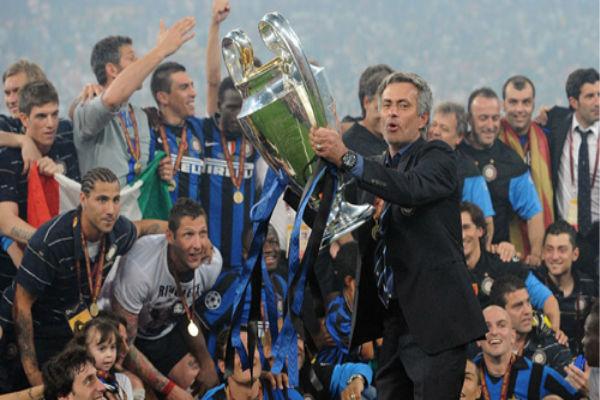 مورينيو يحمل كأس الأبطال عندما كان مدرباً لإنتر ميلان