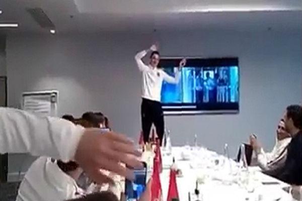 لقطة من فيديو جوليان دراكسلر وهو يغني