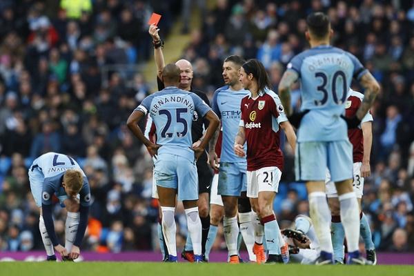 مانشستر سيتي مهدد بفقدان خدمات فرناندينيو 4 مباريات