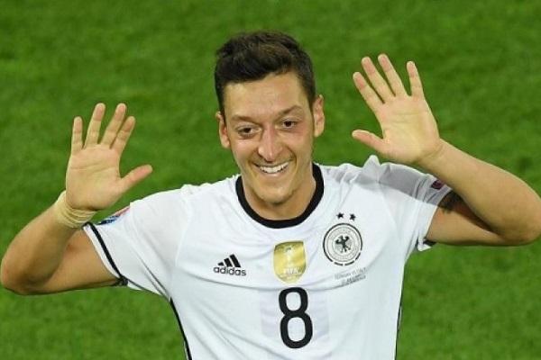 أوزيل يتوج بجائزة أفضل لاعب ألماني للمرة الثانية على التوالي
