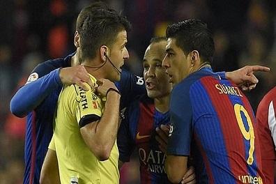 حكم مباراة برشلونة وأتلتيكو يكتب تقريراً قاسياً ضد سواريز