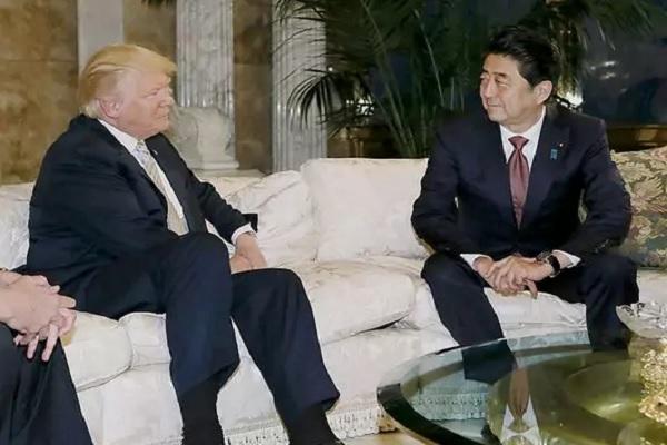 الرئيس الاميركي دونالد ترامب مع رئيس الحكومة اليابانية شينزو آبي