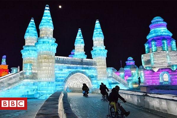 يزور مئات الآلاف مدينة هاربن شمالي الصين كل عام لحضور مهرجان الجليد والثلج