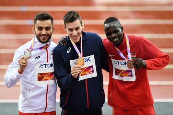 العداء الكيني كيبييغون بيت (يمين، بالاحمر) صاحب برونزية سباق 800 م في بطولة العالم في لندن