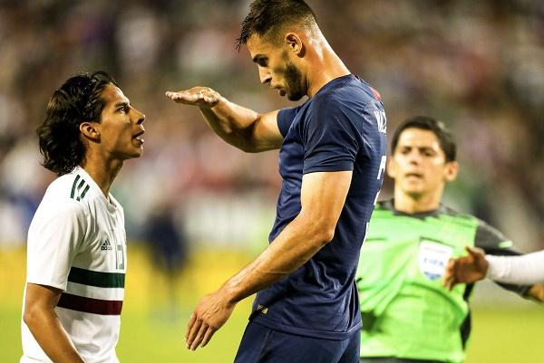 اللاعب الأمريكي مات ميازكا يسخر من قصر قامة المكسيكي دييغو لاينز