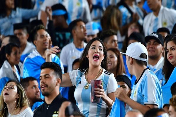 الجماهير الارجنتينية تحتفل بفوز منتخب بلادها على غواتيمالا وديا في 7 ايلول/سبتمبر 2018