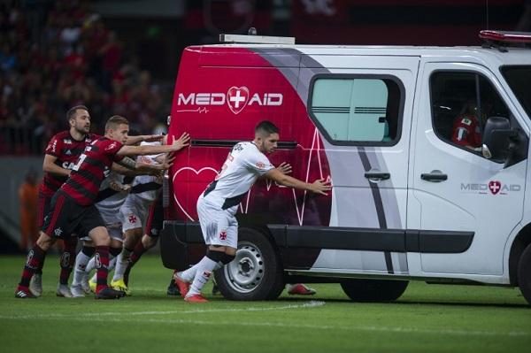 سيارة إسعاف تستنجد باللاعبين في البرازيل