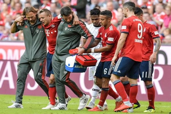 لاعبو بايرن وجهازه الطبي يساعدون رافينيا على الخروج من الملعب بعد إصابة قوية تعرض لها