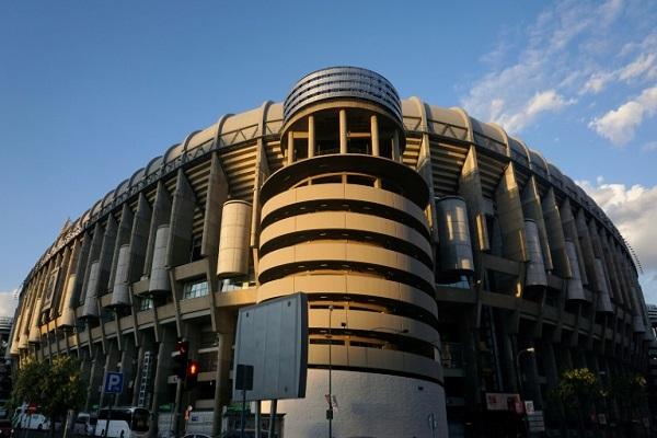 لقطة عامة خارجية لملعب سانتياغو برنابيو العائد لنادي ريال مدريد الإسباني، في 16 نيسان/أبريل 2017.