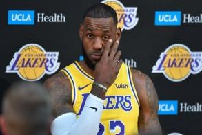 نجم كرة السلة الاميركي ليبرون جيمس متحدثا خلال مؤتمر صحافي لفريقه الجديد لوس انجليس ليكرز