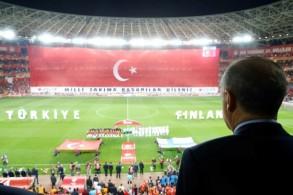 صورة ملتقطة في 24 مارس 2017 للرئيس التركي إردوغان يستمع وقوفا للنشيدين الوطنيين، قبيل مباراة بين منتخب بلاده وفنلندا
