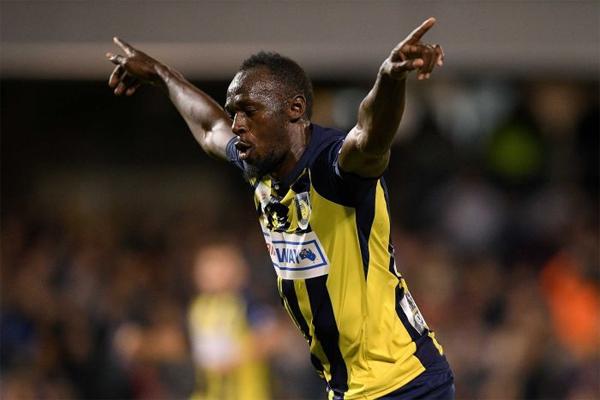 سجل اسطورة سباقات السرعة العداء الجامايكي أوساين بولت أول أهدافه في مسيرته الاحترافية لكرة القدم عندما هز الشباك مرتين