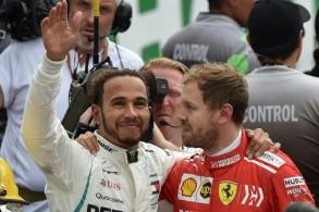 سيباستيان فيتل سائق فريق فيراري، يهنئ لويس هاميلتون سائق مرسيدس، على تتويجه بطلا للعالم
