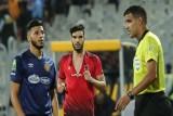 المغربي أزارو يخدع حكم مباراة الأهلي والترجي بتمزيق قميصه