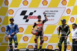 الدراج الاسباني مارك ماركيز (وسط) محتفلا بفوزه بسباق جائزة ماليزيا الكبرى