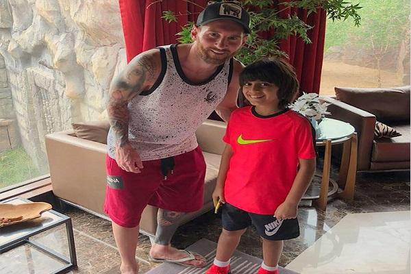 النجم الأرجنتيني ليونيل ميسي مع الطفل الإماراتي حسين يوسف الملقب بـ
