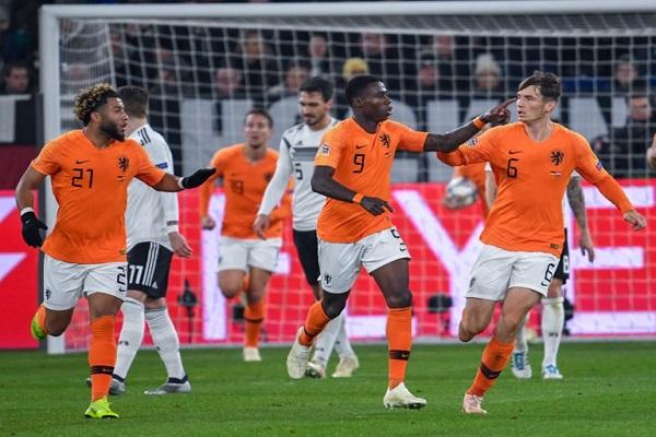 هولندا تعود من بعيد وتحسم بطاقتها الى المربع الذهبي