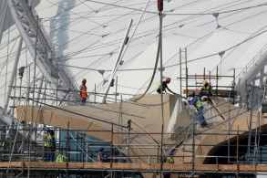 عمال في ملعب خليفة الدولي في 18 تشرين الثاني/نوفمبر في الدوحة.