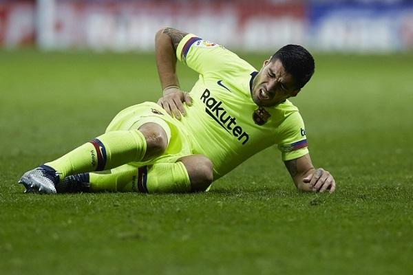 إصابة في الركبة تبعد سواريز أسبوعين عن برشلونة