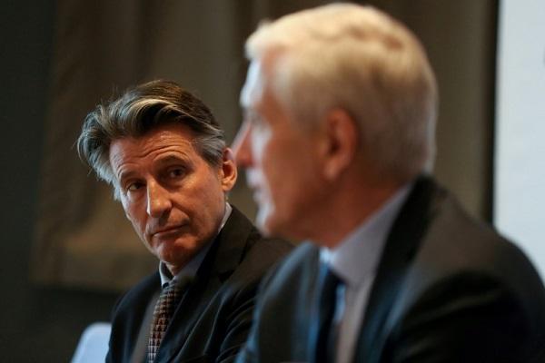 رئيس الاتحاد الدولي سيباستيان كو والنروجي روني أندرسون رئيس فريق العمل المكلف الحكم على تقدم روسي