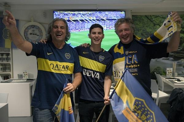مشجعون لنادي بوكا جونيورز الأرجنتيني في مدينة برشلونة الإسبانية