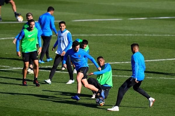لاعبو بوكا جونيورز الأرجنتيني خلال حصة تدريبية على ملعب تابع للاتحاد الإسباني
