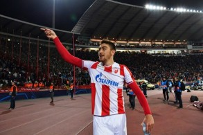 المهاجم ميلان بافكوف يحتفل بفوز فريقه النجم الأحمر بلغراد على ضيفه ليفربول