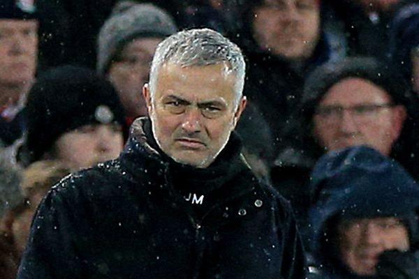 أقال مانشستر يونايتد مدربه البرتغالي جوزيه مورينيو من منصبه بعد سلسلة من النتائج السلبية