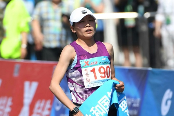 العداءة الصينية وانج جيالي تحتفل بعد احرازها المركز الاول في سباق مارتون تيانجين الصيني الدولي في 29 ابريل