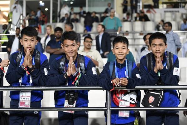 فتيان الكهف يحضرون مباراة تايلاند والهند في كأس آسيا