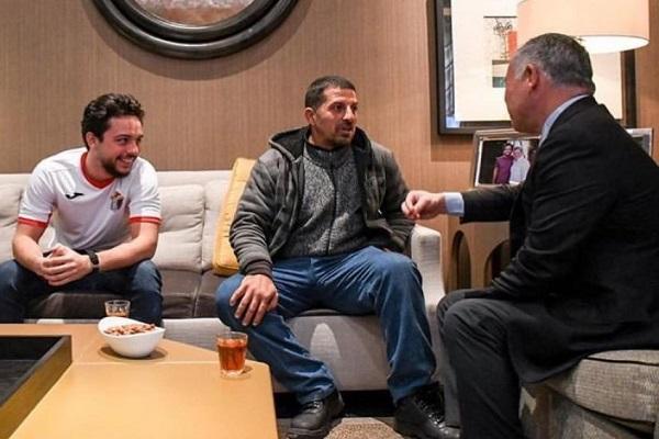 العاهل الأردني الملك عبدالله الثاني استضاف أحد عمال الوطن لمتابعة مباراة المنتخب الوطني مع منتخب سوريا