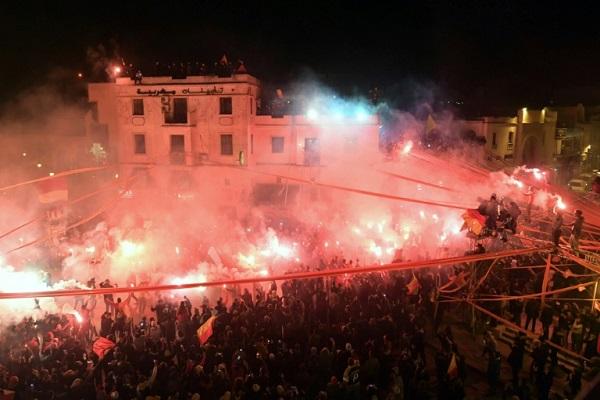 مشجعون لنادي الترجي يحتفلون حول مقره في حي باب سويقة في تونس العاصمة، بالذكرى المئوية لتأسيسه