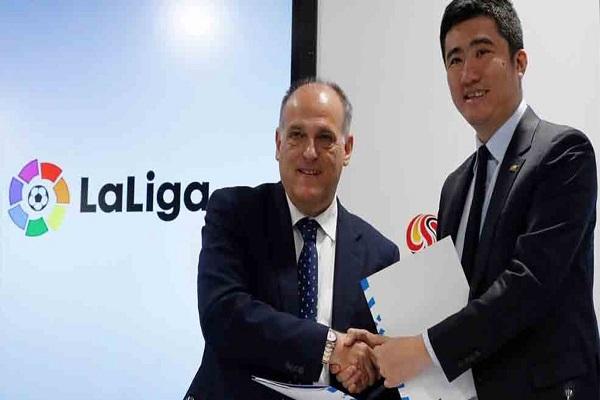 الأمين العام للدوري الصيني دونغ زنغ خلال مؤتمر صحافي مشترك مع رئيس رابطة الدوري الإسباني خافيير تيباس