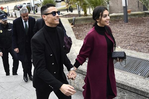 رونالدو لحظة وصوله إلى المحكمة في مدريد للمثول في قضية التهرب الضريبي