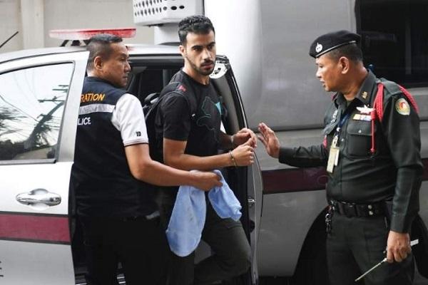 حكيم العريبي لدى وصوله مكبل اليدين برفقة شرطة الهجرة التايلاندية، الى إحدى محاكم العاصمة بانكوك