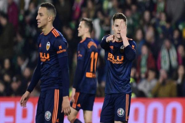 فالنسيا يعود بتعادل ثمين من أرض ريال بيتيس في كأس إسبانيا