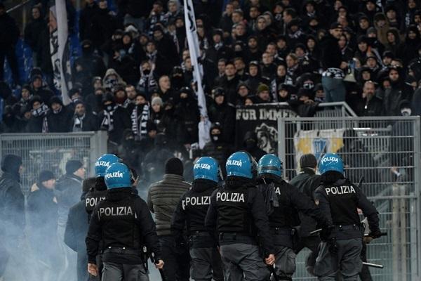 تدخلت الشرطة الإيطالية مساء الأربعاء لفض إشكال بين مشجعين لفريقي لاتسيو وإشبيلية الإسباني.