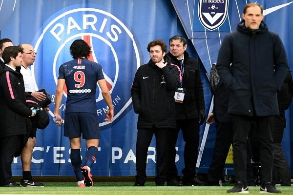 كافاني يخرج مصابا خلال مباراة فريقه باريس سان جرمان ضد بوردو في الدوري الفرنسي