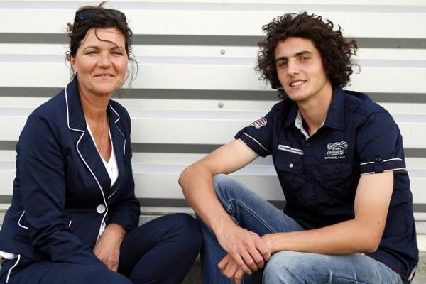 لاعب الوسط أدريان رابيو نادي باريس سان جرمان مع والدته ووكيلة أعماله