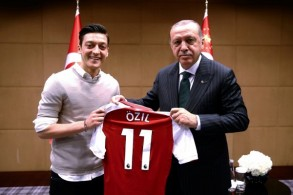 لقطة لنجم أرسنال الانكليزي مسعود أوزيل وهو يهدي الرئيس التركي رجب طيب إردوغان قميص ناديه