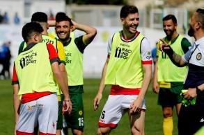 لاعبون من القبارصة الأتراك واليونانيين على هامش مباراة ودية في كرة القدم في 19 آذار/مارس 2019.