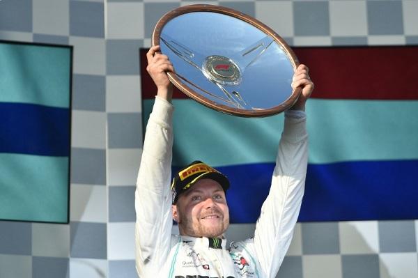 الفنلندي فالتيري بوتاس سائق مرسيدس يحمل درع الفوز في سباق جائزة أستراليا الكبرى