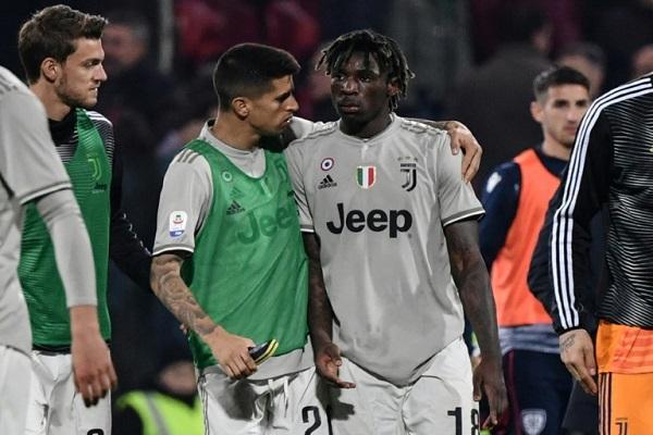 البرتغالي جواو كانسيلو يواسي زميله مويز كين بعد تعرضه لهتافات عنصرية خلال مباراة يوفنتوس وكالياري