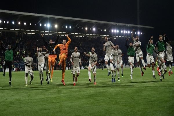 لاعبو يوفنتوس يحتفلون بفوزهم على كالياري 2-صفر في الدوري الإيطالي الثلاثاء 2 نيسان/ابريل 2019