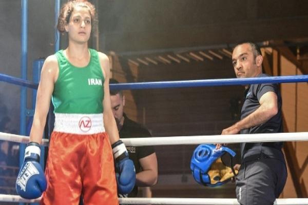 الملاكمة الإيرانية صدف خادم ومدربها مهيار مونشيبور خلال مباراة في فرنسا في 13 نيسان/ابريل 2019 اف ب