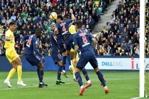 المدافع البرازيلي لنانت دييغو كارلوس (يسار) يحول الكرة برأسه في شباك باريس سان جرمان
