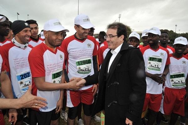 وزير الهجرة عبد الكريم بن عتيق يصافح المشاركين في الماراثون السابق